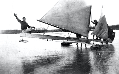Boats from the 1920s and 1930s were designed as gaff-rigged, stern-steerers. All used an angled gaff spar (pole) on the hoist of the trapezoid-shaped sail. The Skeeters have a triangular sail and are hoisted to the top of the mast without this extra spar.